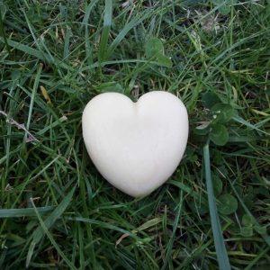 Savon au lait de jument en forme de coeur